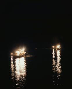 イカつり漁の漁り火の写真素材 [FYI04034993]