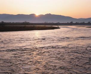 朝日と信濃川の写真素材 [FYI04034998]