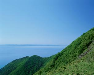 弥彦山から望む日本海と佐渡の写真素材 [FYI04035032]