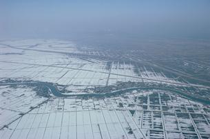 雪の覆われた新潟平野と中ノ口川の写真素材 [FYI04035061]