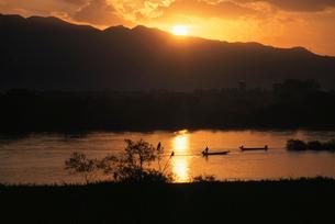朝日と阿賀野川と川漁の舟の写真素材 [FYI04035100]