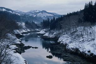 雪の阿賀野川上流部の写真素材 [FYI04035132]