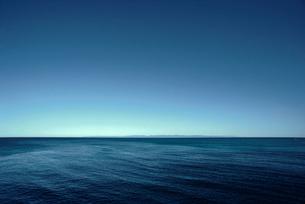 穏やかな日本海と佐渡の島影の写真素材 [FYI04035238]
