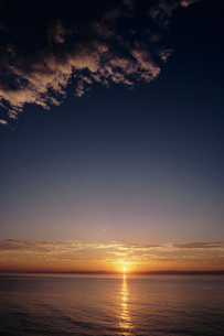日本海に沈む夕日と佐渡の写真素材 [FYI04035239]