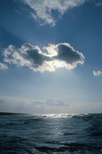雲間からの光に輝く日本海の写真素材 [FYI04035244]