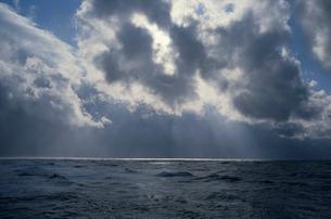 雲間からの光に輝く日本海の写真素材 [FYI04035245]