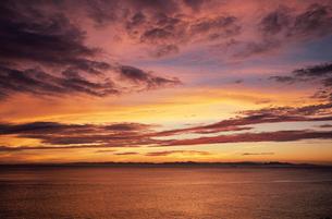 夕焼けの日本海と佐渡の島影の写真素材 [FYI04035255]