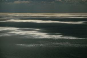 雲間からの太陽光線に光る日本海の写真素材 [FYI04035265]