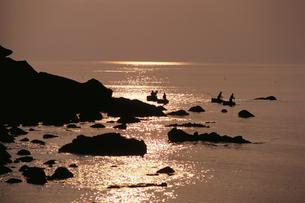 たらい舟と岩礁のシルエットの写真素材 [FYI04035277]