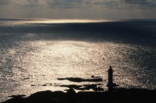 銀色に輝く日本海と沢崎灯台の写真素材 [FYI04035279]