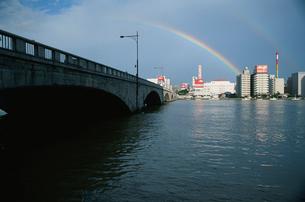信濃川と萬代橋と虹の写真素材 [FYI04035312]