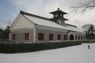 新潟市歴史博物館みなとぴあ内 雪が積もった旧新潟税関庁舎の写真素材 [FYI04035321]