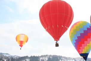雪原まつりのおぢや風船一揆で揚がる熱気球の写真素材 [FYI04035569]