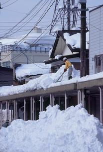 アーケードの雪おろし作業風景の写真素材 [FYI04035659]