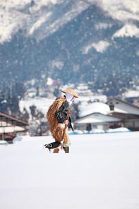 除雪作業する男性の写真素材 [FYI04035730]