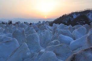 残雪を消すため掘り返した雪のオブジェの写真素材 [FYI04035740]