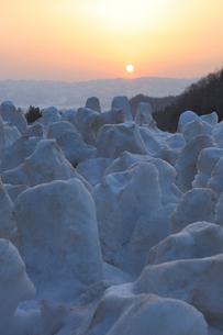 残雪を消すため掘り返した雪のオブジェの写真素材 [FYI04035741]