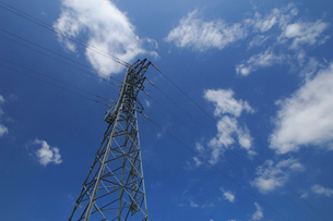 青空と送電線の写真素材 [FYI04035880]