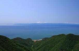 弥彦山から佐渡島を望むの写真素材 [FYI04035888]