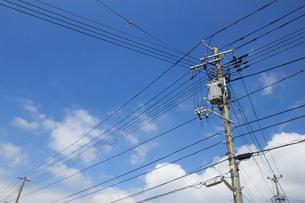 青空と送電線の写真素材 [FYI04035889]