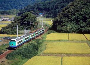 田園の中を走るローカル線の列車の写真素材 [FYI04036075]