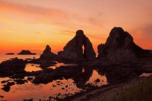 夫婦岩の夕景の写真素材 [FYI04036136]