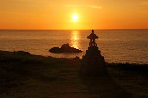 春日崎灯台の夕陽の写真素材 [FYI04036137]
