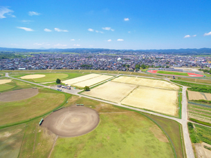 信濃川河川公園と市営陸上競技場の写真素材 [FYI04036143]
