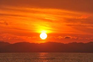 日本海の小針浜と夕日の写真素材 [FYI04036150]