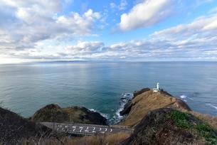 日本海の角田岬灯台と角田山の写真素材 [FYI04036157]