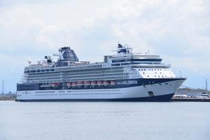 新潟東港とクルーズ客船の写真素材 [FYI04036369]