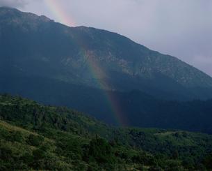 サリ・チェレク湖登攀路より虹を望むの写真素材 [FYI04036474]