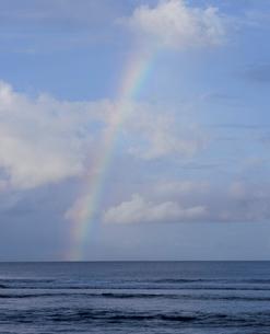 ガン・ビーチより望む虹の写真素材 [FYI04036477]