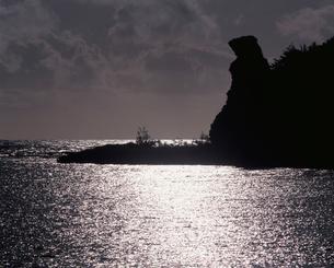 輝く海とベア・ロックの写真素材 [FYI04036491]