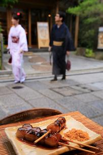 三年坂のみたらし団子の店と観光客の写真素材 [FYI04036533]