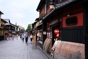 祇園花見小路道を散策する観光客の写真素材 [FYI04036541]