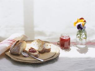 天然酵母パンと苺ジャムの写真素材 [FYI04037070]