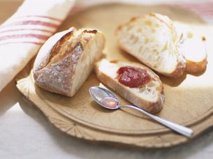 天然酵母パンと苺ジャムの写真素材 [FYI04037073]