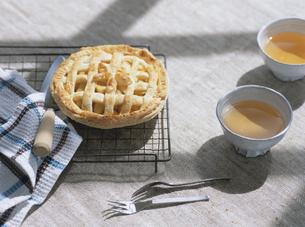 アップルパイと紅茶の写真素材 [FYI04037076]