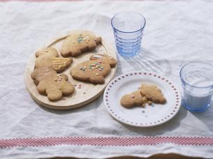 動物クッキーと牛乳の写真素材 [FYI04037078]