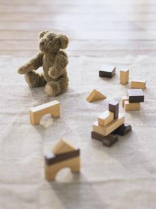 熊のヌイグルミと積み木の写真素材 [FYI04037080]