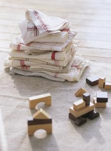 キッチンクロスの洗濯物と積み木の写真素材 [FYI04037081]