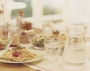 テーブルの上のパスタ料理の写真素材 [FYI04037084]