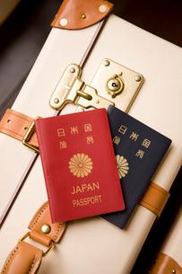 旅行鞄とパスポートの写真素材 [FYI04037160]