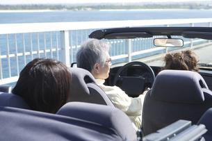 ドライブを楽しむ家族3人の写真素材 [FYI04037253]