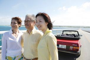 ドライブを楽しむ家族3人の写真素材 [FYI04037256]