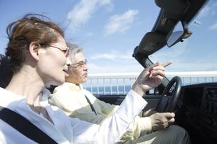 ドライブを楽しむ夫婦の写真素材 [FYI04037257]