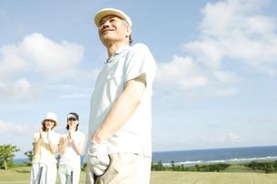 ゴルフを楽しむ家族3人の写真素材 [FYI04037277]