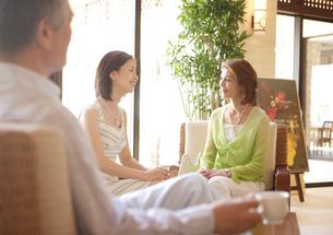 ロビーでコーヒーを飲む家族の写真素材 [FYI04037280]