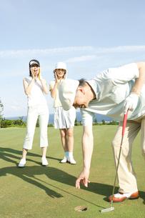 ゴルフを楽しむ家族3人の写真素材 [FYI04037288]